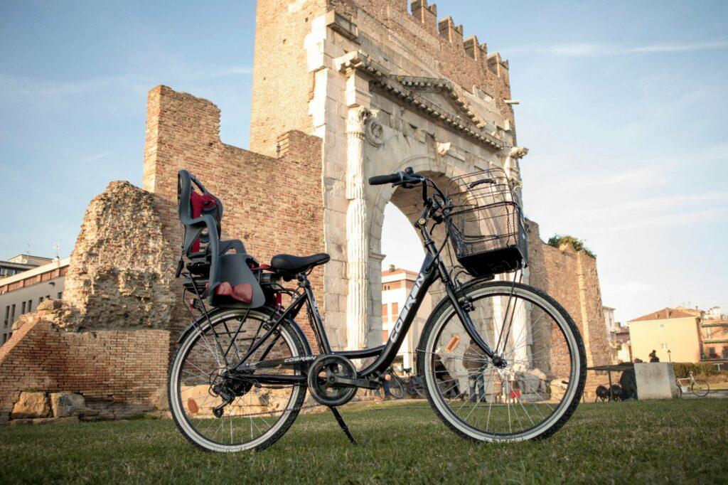 Bici elettrica da città versatile e conveniente