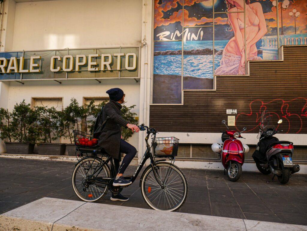 bici elettrica da città conveniente ed utilitaria